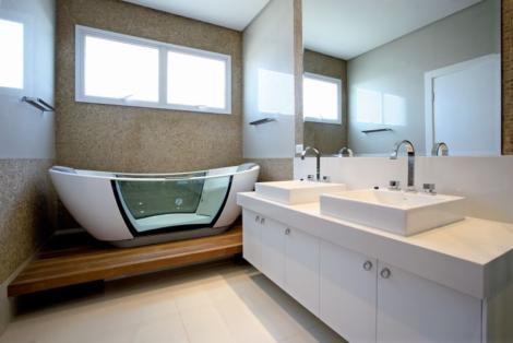 banheira de vidro no banheiro 470x314 - BANHEIROs COM BANHEIRA traz muito bem estar, confira modelos