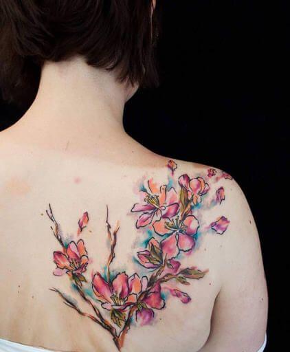 imagem 17 4 - TATUAGENS DE FLOR femininas espalhadas pelo corpo