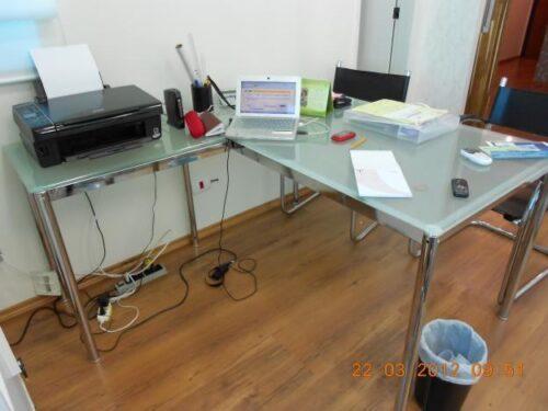 dicas de mesas de escritório de vidro 500x375 - Dicas para montar o local de trabalho com mesas de escritório de vidro