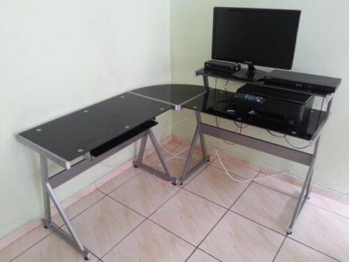 imagens de mesas de escritório de vidro 500x375 - Dicas para montar o local de trabalho com mesas de escritório de vidro