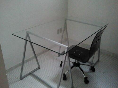 mesas de escritório de vidro 500x375 - Dicas para montar o local de trabalho com mesas de escritório de vidro