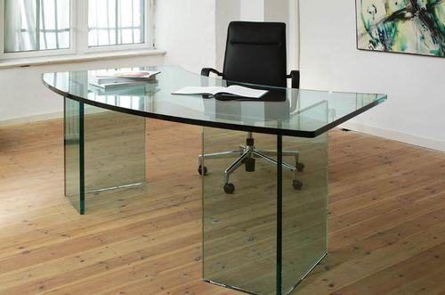 tipos de mesas de escritório de vidro 500x331 - Dicas para montar o local de trabalho com mesas de escritório de vidro