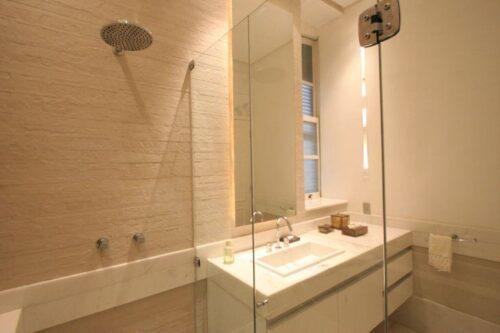 fotos de banheiros pequenos com porcelanato 500x333 - Banheiros pequenos com porcelanato dicas de construção e decoração