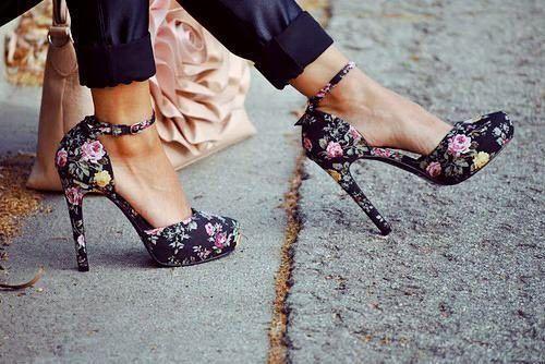 lindos calçados com estampas florais 500x334 - Calçados com estampas florais lindos modelos com salto