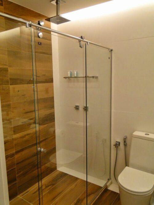 tipos de banheiros pequenos com porcelanato 500x666 - Banheiros pequenos com porcelanato dicas de construção e decoração