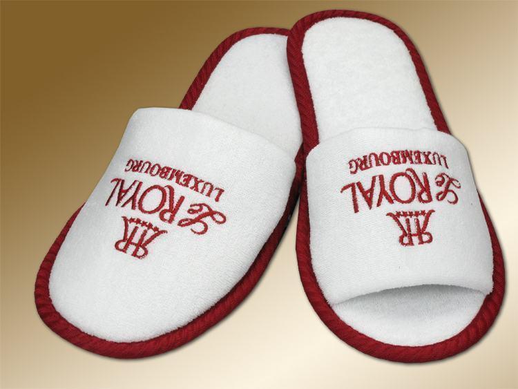 estilo pantufa com branco e vermelho com escrita bordado