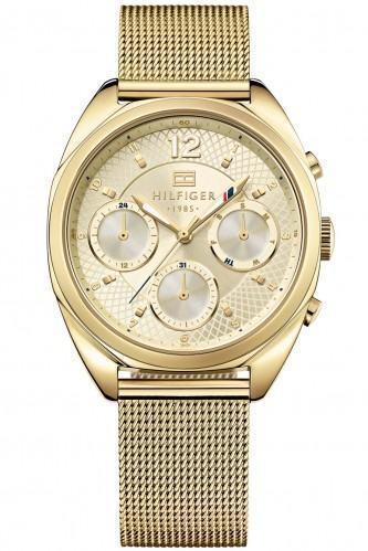 com pulseira dourada