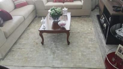 fotos pele de boi tapete 410x231 - Decorando com Tapetes de pele de boi para sala
