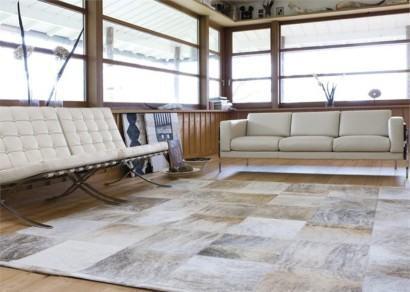 tapete moderno de pele de boi fotos 410x292 - Decorando com Tapetes de pele de boi para sala