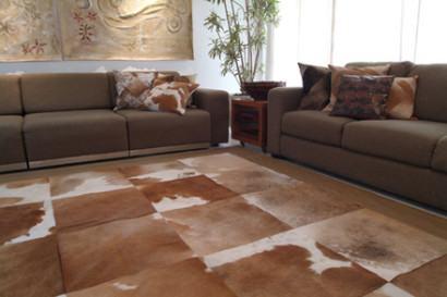 tapetes de pele de boi marrom pe%C3%A7as grandes 410x273 - Decorando com Tapetes de pele de boi para sala