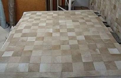 tapetes de pele de boi na sala 410x264 - Decorando com Tapetes de pele de boi para sala
