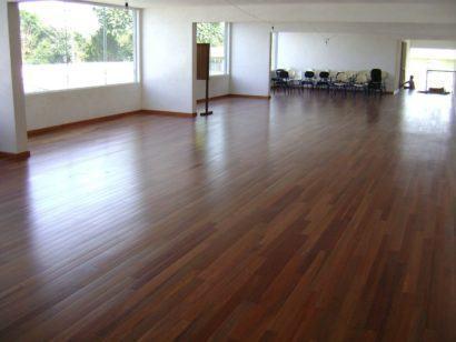 pisos laminados de madeira com cores escuras