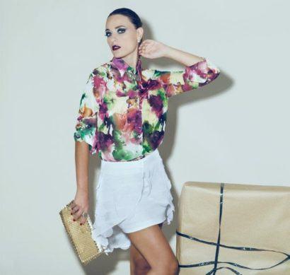 blusinhas femininas de seda estampadas manga tr%C3%AAs quartos 410x389 - Blusinhas femininas de seda looks pra usar com saia e calça