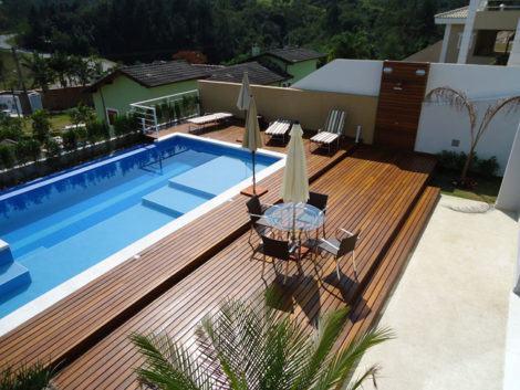 Piscina com deck de madeira 30 ideias criativas s detalhe for Estilos de piscinas modernas