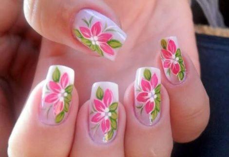 unhas decoradas com flores e folhas 470x322 - Lindas UNHAS COM DESENHOS DE FLORES que são a moda