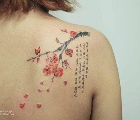 tatuagem de flores com galhos no ombro 2 470x403 - Tatuagens de Flores com Galhos e partes do Corpo
