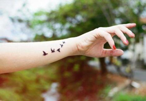 tatuagem de passaros feminina no bra%C3%A7o 470x328 - Tatuagem Feminina no Braço, no Pulso, Ideias em Desenhos