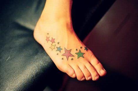 tatuagem estrela no pe colorida 470x312 - Tatuagem de Estrela Feminina, Cores e Partes do Corpo